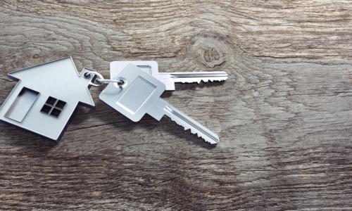 Haus-Schlüssel auf Holz 2